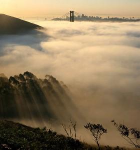 Mist trekt als een deken over de kust bij de Golden Gate in San Francisco, Californië.